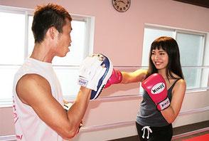 ボクシングリングでミット打ち