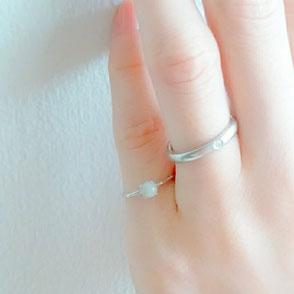 女性の小指に星のお守りSV925ロジウムシルバーリングを着用している画像