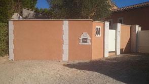 Enduit gratté et pierre d'angle sur mur de clôture à Gignac