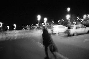 jerome devismes. une promenade sur un parking la nuit à Biarritz