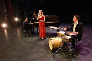 chanteuse + pianiste + batteur •groupe de musique pour cérémonie de mariage à l'église + vin d'honneur pop variété jazz lounge + cocktail •groupe pour événement Saint-Lô • Avranches • Coutances • Granville • Cherbourg • MANCHE • NORMANDIE