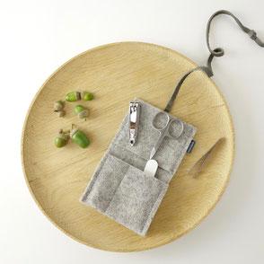 das winzige mini-maniküre-set 'jacob' aus filz mit dem nötigsten  für die nagelpflege...