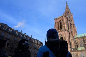 Enfants regardent la flèche de la Cathedrale de Strasbourg - Du son pour changer