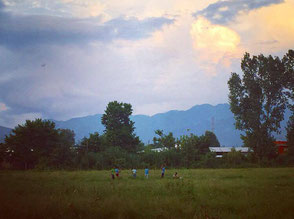 凧揚げをする子供たち