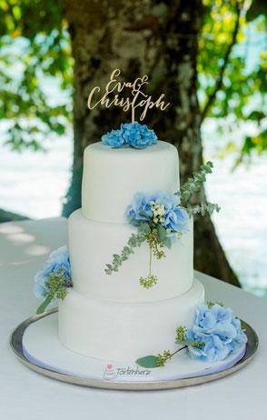 Tortenherz Hochzeitstorte mit echten blauen Hortensien