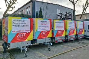 Fünf PKW Anhänger mit Corona Impfaussage der Galerie ARTprotect