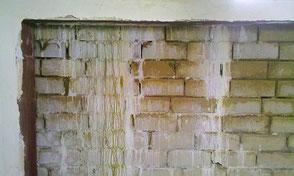 Nasse Wand mit Kalkausblühungen
