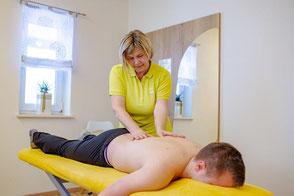 Klassische Massage Äußerliche, manuelle Behandlung bei Beschwerden im Bereich des Bewegungsapparates durch Druck, Zug, Schütteln, Streichen und Klopfen mit anschließender Reaktion des Organismus.