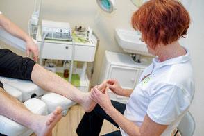 Fußreflexzonenmassage Sie wird in der Schmerztherapie und bei Durchblutungsstörungen ergänzend zu medizinischen und physiotherapeutischen Verfahren angewendet, um über die am Fuß liegenden Reflexzonen positiv auf den Organismus einzuwirken.