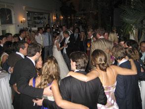 Party und schöne Momente auf der Hochzeit - Menschen feiern eine Party