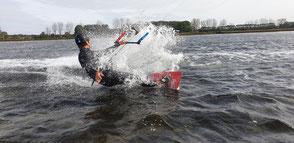 Kitesurfen Ostsee. Kiten lernen ist einfach und macht Spaß. Buche jetzt deinen Kitekurs in deiner Ostsee VDWS Kiteschule am Salzhaff in Rerik. Kiten lernen in deiner VDWS Surfschule in KÜhlungsborn wir deinen Ostseeurlaub zum Highlight machen.