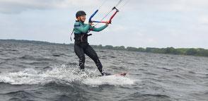 Kitesurfbeginnerkurse in deiner VDWS Kiteschule OStsee in Deutschland am Meer. Komm vorbei zu deinem Kitekurs und finde heraus, wie easy Kiten lernen an der Ostsee ist.