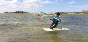 Kitesurfen lernen im kitekurs an der ostsee im sommerurlaub corona