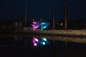 Stand Up Paddling bei Nacht? Reserviere jetzt dein NightSUP in Rerik am Salzhaff und in Kühlungsborn an der Ostsee. SUP Kurs Ostsee, AHOI!
