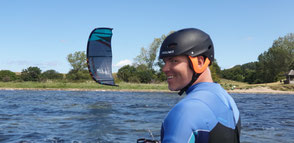 Kitesurfen lernen an der Ostsee im Salzhaff in Rerik. Deine VDWS Kiteschule Ostsee. Buche jetzt deinen Kitekurs in Deutschland. Tolle Freizeitaktivität in Kühlungsborn. Familienurlaub Ostsee