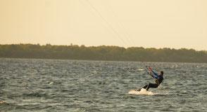 Kitesurfen an der Ostsee am Salzhaff in Rerik oder der Ostsee in Kühlungsborn. Buche jetzt deinen Kitekurs an der Ostsee in deiner VDWS Kiteschule Oceanblue Watersports