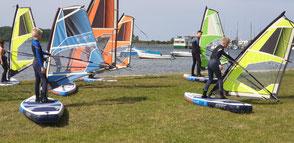 Dein WIndsurfkurs an der Ostsee in deiner VDWS Surfschule. Lerne in einer Gruppe das Surfen in deinem Ostseeurlaub in Rerik am Salzhaff oder in Kühlungsborn an der Ostsee. Buche jetzt deinen Windsurfkurs.