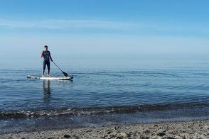 Stand Up Paddling an der OStsee. Lernen jetzt Stand Up paddling in deiner Surfschule Ostsee. Entspannung am Meer im Urlaub mit deiner Wassersportschule Ostsee. Spaß beim SUP auf der Ostsee.