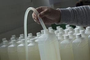 Abfüllen und dosieren von Flüssigkeit. Abfüllen, etikettieren wägen und weitere Dienstleistungen der Ausrüsterei.