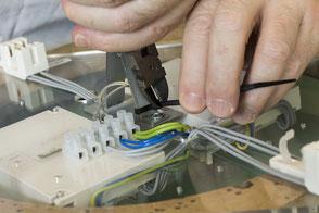 Bestücken, verdrahten und prüfen einer Leuchte. Elektromontage , Versände und Logistik Arbeiten in der Ausrüsterei.