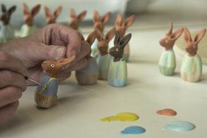 Keramikfigur bemalen mit Farbe und Pinsel. Herstellen von Keramikfiguren und Gebrauchskeramik.