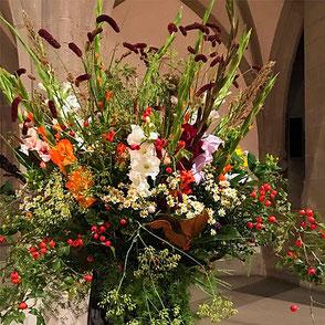 Festdekoration, Saaldekoration, Tischdekoration, Blumenschmuck, Festblumenschmuck, Saalblumenschmuck, Tischblumenschmuck, Gesteck, Blumengesteck, Tischgesteck, Blumenarrangement, Blumenkreation