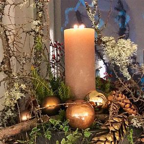 Weihnachtsdekoration, Weihnachtsschmuck, Christbaumschmuck, Kerzen, Weihnachtskugeln, Türkränze, Girlanden, Adventsgestecke, Adventskränze, Zapfen, Trockenfrüchte, Mistelzweige