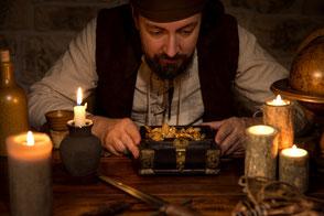Mann beugt sich bei Kerzenschein über Geldschatulle - eine Finanzspritze für das Sulingen Projekt?#