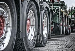 viele Reifen von einem LKW