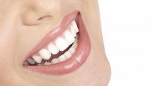 Strahlendes Lächeln dank Zahnimplantaten