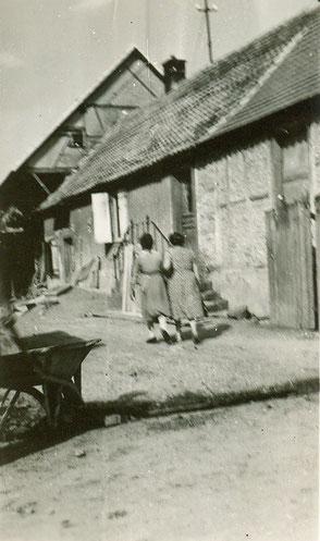Maison natale des Heimendinger en août 1950 photographie de Renée; les personnes qui s'éloignent sont des cousines