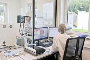 Zwei Mitarbeiter in unserem Labor bei der Analyse von Restschmutz.