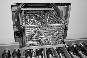 Eine feingereinigte Ladung kleiner Teile, die gerade aus der Maschine kommt.