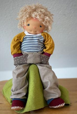 Stoffpuppe Art Waldorfpuppe mit kurzen lockigen Haaren und schöner Puppenkleidung handgemacht für Kinder