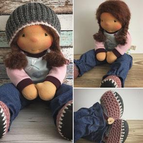 Puppe für Kinder zum Spielen mit langen Haaren und gestrickter Mütze bekleidet mit weicher Puppenkleidung aus Bio Jersey Stoffen