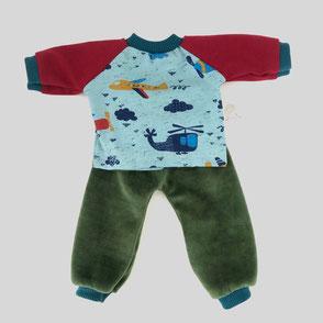 Kleidung für Stoffpuppen bestehend aus Oberteil in blau mit kleinen Flugzeugen und grüner Hose aus weichem Nicki Stoff mit abgesetzten Bündchen für Kinderpuppen Größe 35 cm