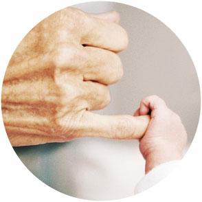 assurance obsèques main génération generation enfant senior doigt bebe bébé personne agé