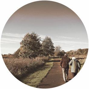 Assurance obsèques personne agé promenade seniors couple campagne ciel bleu aide hiver soleil arbre champs chemin terre forêt