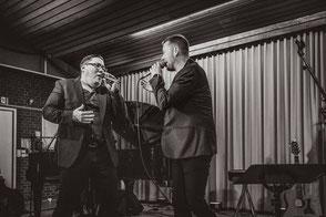 Hanjo Krämer und Rune Herholdt singen im Duett s/w beim Auftaktkonzert 21.09.2018