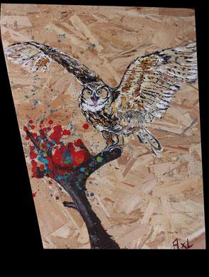 tableau peinture bois osb récup hibou grand duc ailes déployées à la chasse sur branche arbre coloré