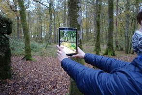 EXPLOR GAMES PORTES DE VERDUN En famille, entre amis- aux portes de Verdun et du Luxembourg - jeux - escape game - Une jeune femme tient une tablette en main - VR