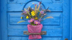 Blumenstrauss in rosa Säckchen an blauer Türe, Koroni Griechenland
