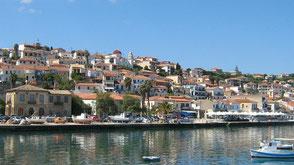 Koroni von der Mole aus gesehen. Das hübsche Fischerdorf Koroni in Griechenland.