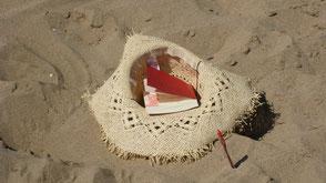 Strohut im Sand, Buch, Stift.