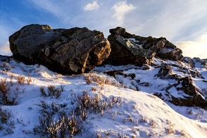 Wolfswarte-im-Winter-im-Abendlicht, ueberfrorene-Felsformationen, Bruchberg, Nationalpark-Harz, Harzer-Winterlandschaft, Oberharz, Harzer-Wandernadel, Stempelstelle-135, wandern-im-Harz, Highlight-im-Harz, Harz-Natur, Canonfoto, Canon, Canon-16-35mm