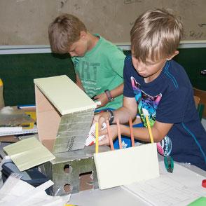 Jungen bauen an Häusern