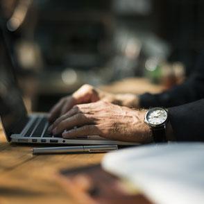Link zum Schreiben im Beruf; Jemand schreibt an einem Laptop