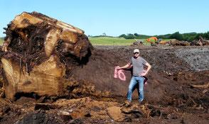 Michael Beaupoil vor tausendjähriger Kauri Wurzel Baum in Neuseeland für besondere Holztische unvergleichliche Designer Esstische