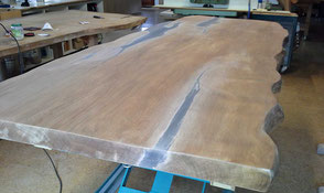 Einzigartige Kauri Holztischplatte mit kunstvollen Naturkanten, extravaganter Esstisch schafft besonderes Wohnambiente,