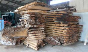 Wurzel Sumpf Tischplatten tausendjährig aufgestapelt für besondere Kauri Massivholztische aus Neuseeland